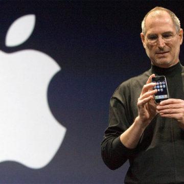 Стив Джобс на презентации iPhone в 2007 году